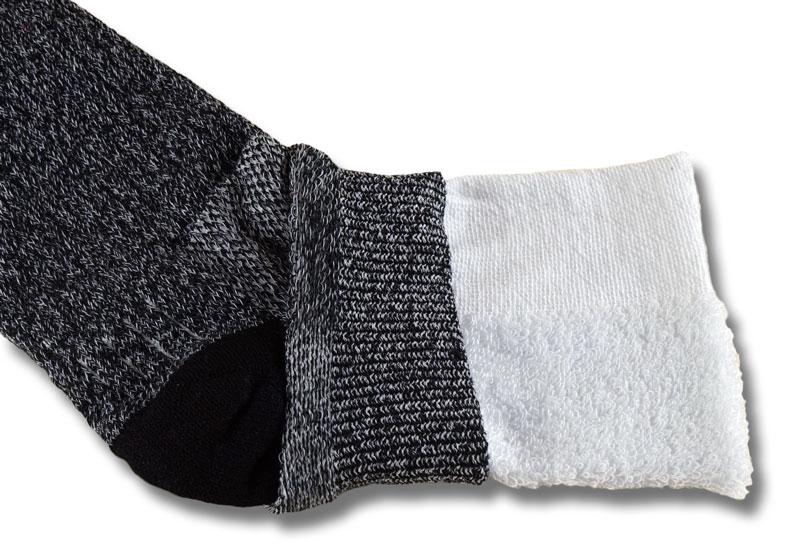 Bei dieser aufgeschnittenen Wrightsock Wandersocke ist gut zu erkennen, wie das Frottee zwischen die beiden Socken eingearbeitet ist