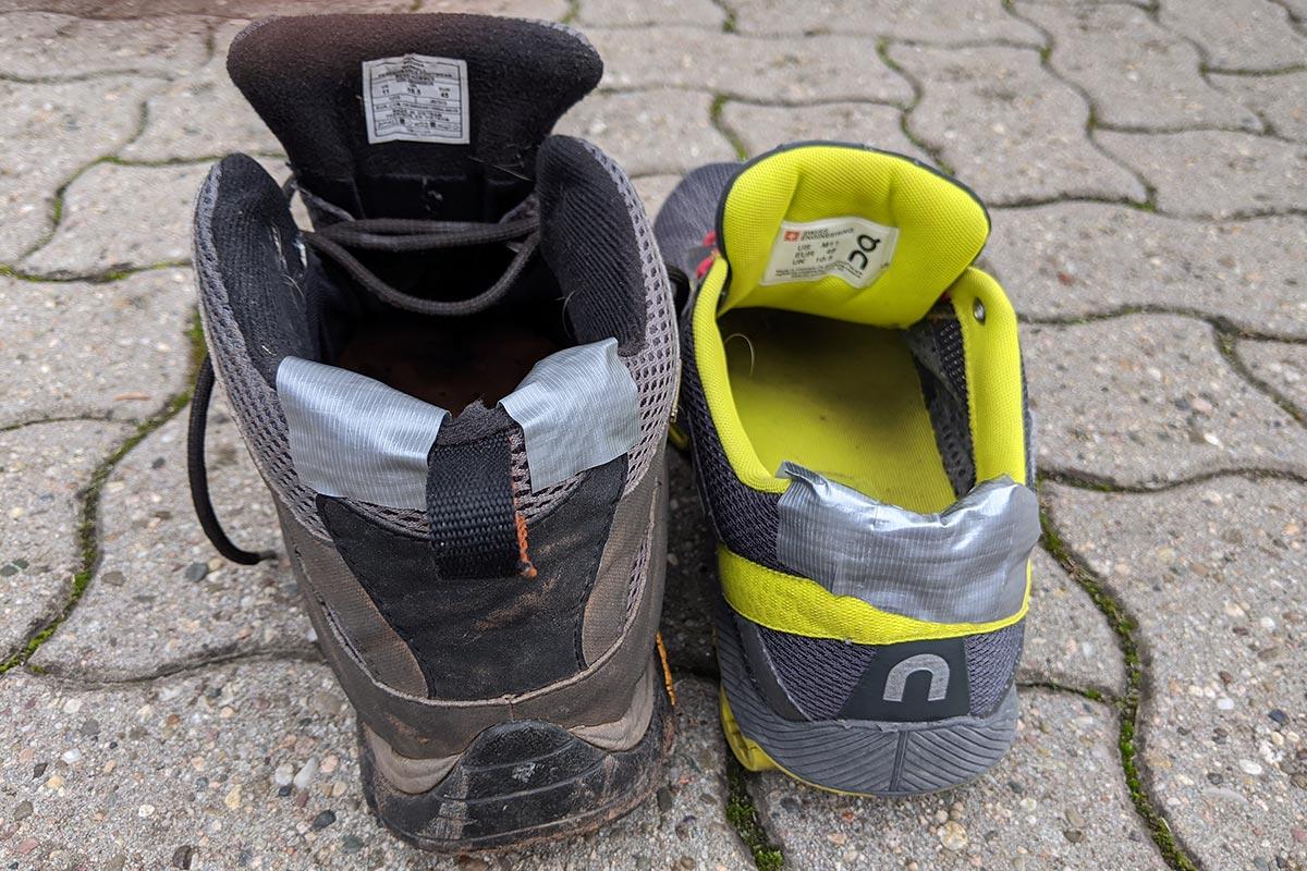 Mit Klebeband die Beschädigung in der Fersenbox eines Schuhs repariert