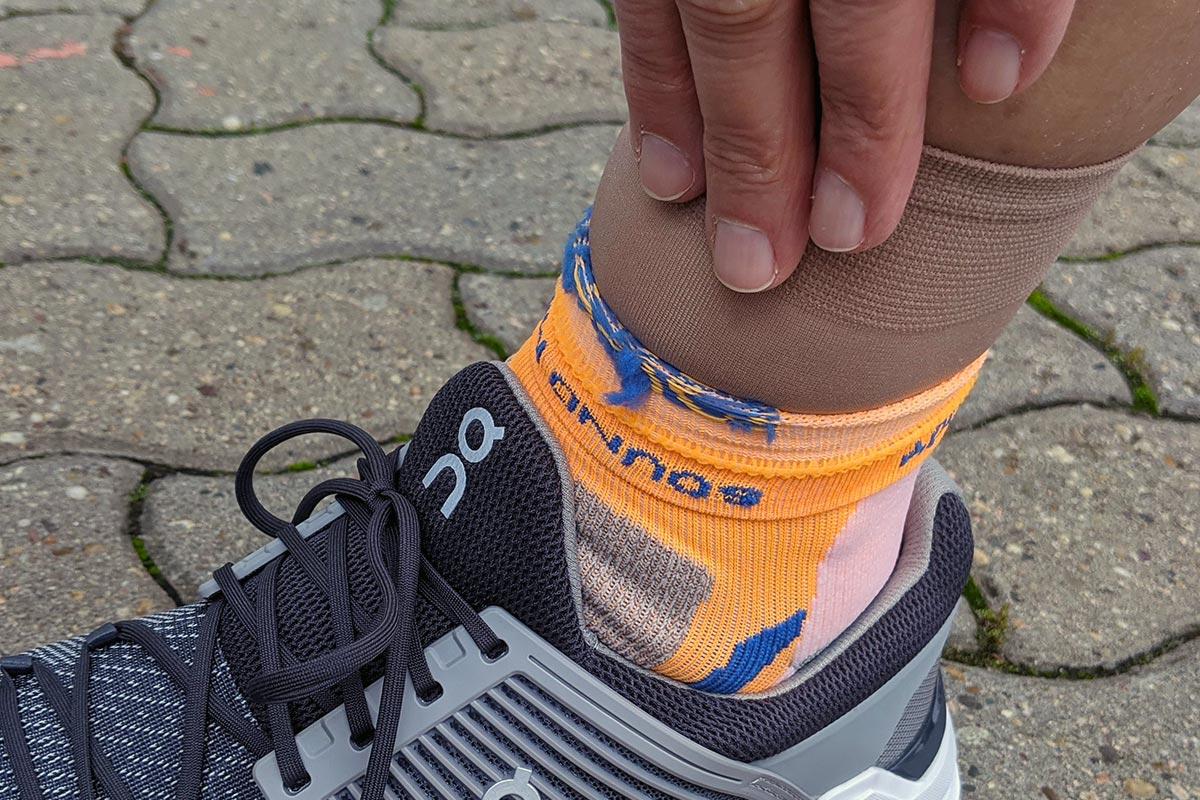 Nylon-Söckchen als Unterziehsocken in Kombination mit einer Laufsocke angezogen